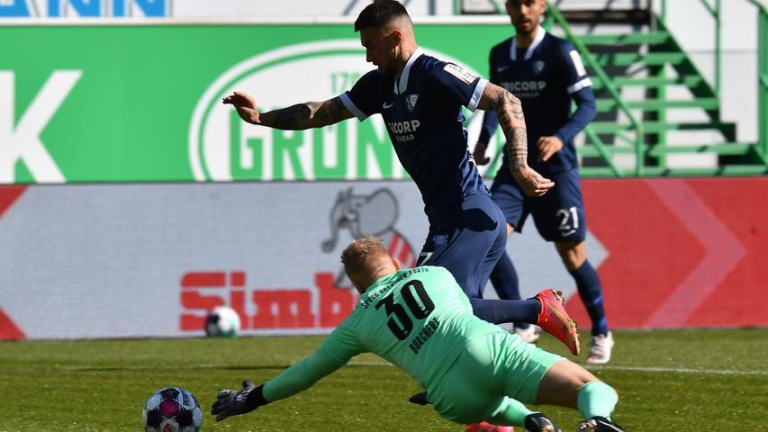 06.03.2021 --- Fussball --- Saison 2019 2020 --- 2. Fussball - Bundesliga --- 24. Spieltag: SpVgg Greuther Fürth ( Kleeblatt ) - VfL Bochum --- Foto: Sport-/Pressefoto Wolfgang Zink / MeZi --- DFL REGULATIONS PROHIBIT ANY USE OF PHOTOGRAPHS AS IMAGE SEQUENCES AND/OR QUASI-VIDEO --- Sascha Burchert (30, SpVgg Greuther Fürth ) Danny Blum (17, VfL Bochum )