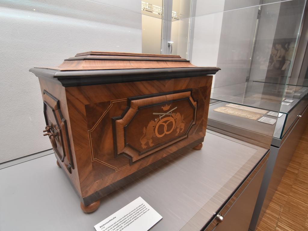 Foto: THOMAS SCHERER Abrechnung: Pauschale..Motiv: Die Zunftlade der Bäcker aus dem Jahr 1718 im Stadtmuseum Fürth; Insignien der Zunft; Bäckerei