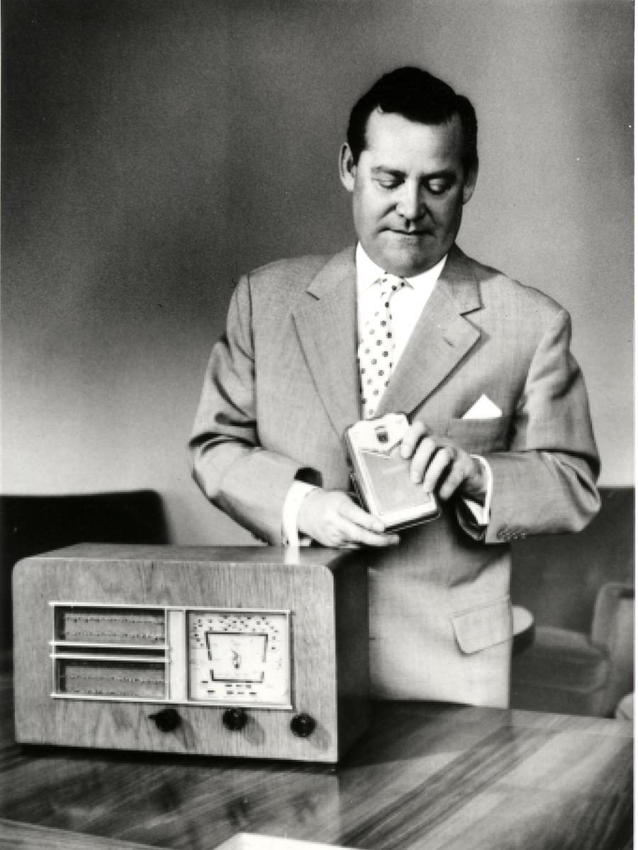 Motiv: Portrait Max Grundig.1950er Jahre, 1958 mit Radioempfänger Heinzelmann Quelle: Rundfunkmuseum
