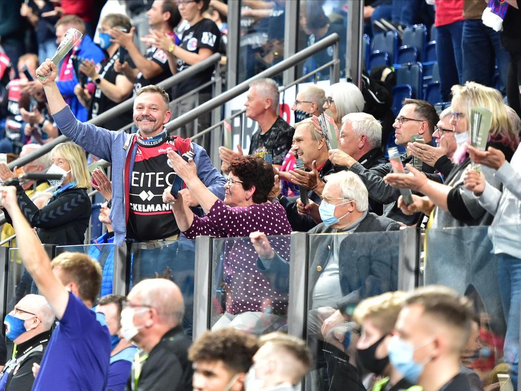 11.10.2020 --- Handball --- 1. Bundesliga LIQUI MOLY HBL --- Saison 2020 2021 --- 03. Spieltag: HC Erlangen Metropolregion Nürnberg HCE - MT Melsungen --- Foto: Sport-/Pressefoto Wolfgang Zink / OGo --- ..Symbolbild Symbolfoto Feature Impression -Zuschauer / Publikum / Fans des HCE jubeln feiern feuern Mannschaft / Team an