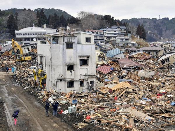 Der Tsunami im März 2011 hatte nicht nur das Kernkraftwerk in Fukushima verheerend getroffen, an den Küsten wurden außerdem etliche Städte zerstört und 20 000 Menschen in den Tod gerissen.