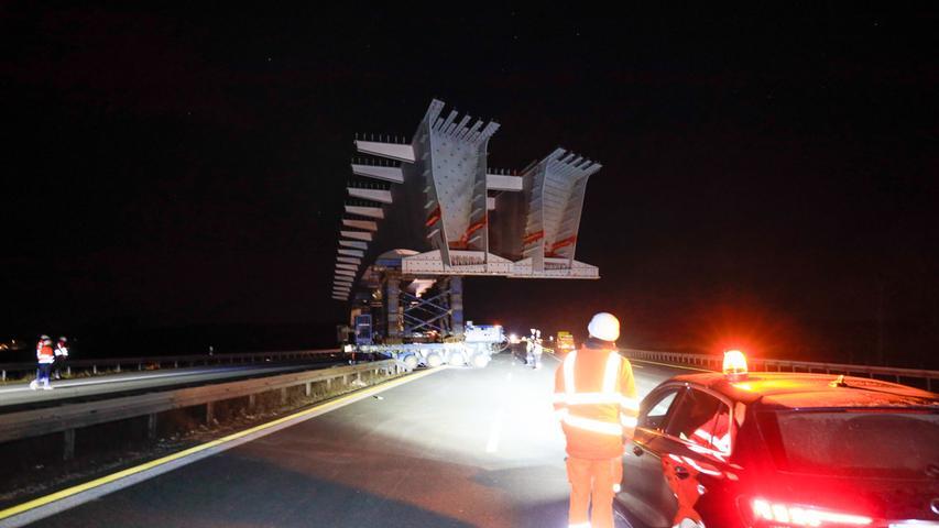 """Torsten Hanspach (tha)  Wieder einmal musste die Autobahn A3 zwischen Erlangen und Höchstadt am vergangenen Wochenende für Bauarbeiten gesperrt werden. Doch diesmal wurden in einer Nacht gleich zwei neue Brücken zeitgleich eingesetzt. """"Einen außerordentlichen Kraftakt"""" nennt Thomas Schwenzer, Chef des Betreibers A3-Nordbayern, dieses Vorhaben, um die Arbeiten von eigentlich zwei Sperrungen in nur einer Nacht durchzuführen. (...)"""
