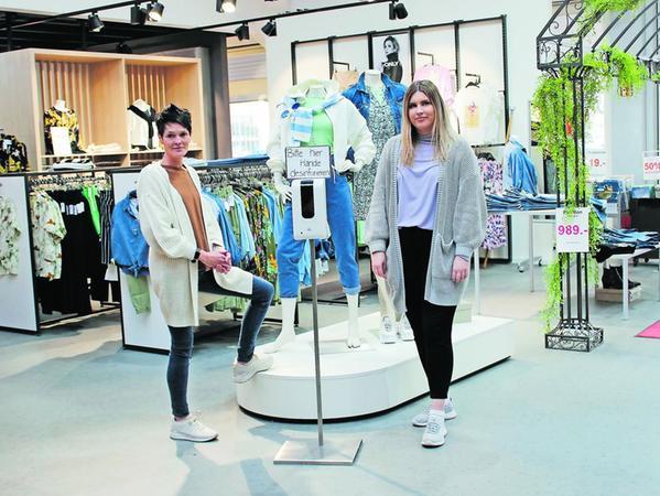 Alles ist bereit für den Ansturm der Kunden: Martina Prechter (links) und Klaudia Chroma freuen sich auf die Wiederöffnung des Bekleidungsgeschäfts G&B.