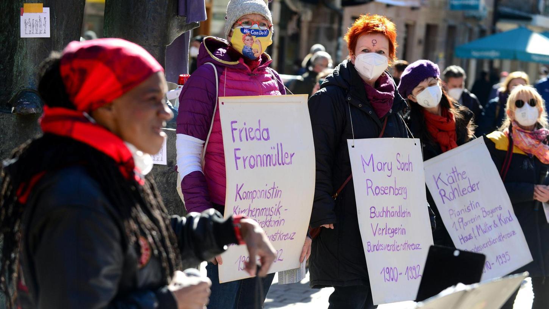 Zum Internationalen Frauentag gingen in Fürth bereits am Samstag Aktivistinnen auf die Straße.