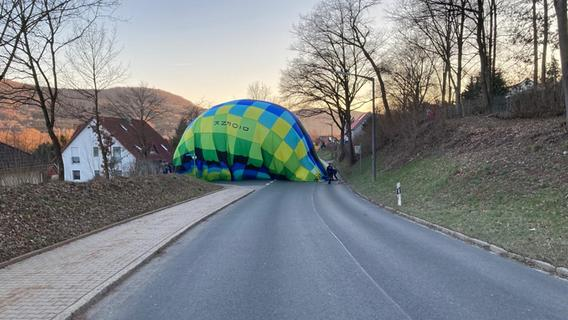 Dramatische Szenen: Heißluftballon landet mitten in Hohenstadt