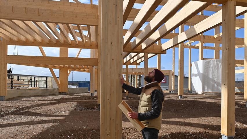 Die Holztragestruktur der Bubenreuther Boulderhalle Frankenjura ist fast fertig. Demnächst wird die Fassade geliefert. Eröffnung soll im Herbst sein. Der Geschäftsführer und Gründer der