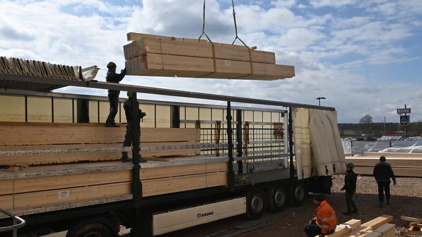 Die Holztragestruktur der Bubenreuther Boulderhalle Frankenjura ist fast fertig. Demnächst wird die Fassade geliefert. Eröffnung soll im Herbst sein..Foto: Klaus-Dieter Schreiter