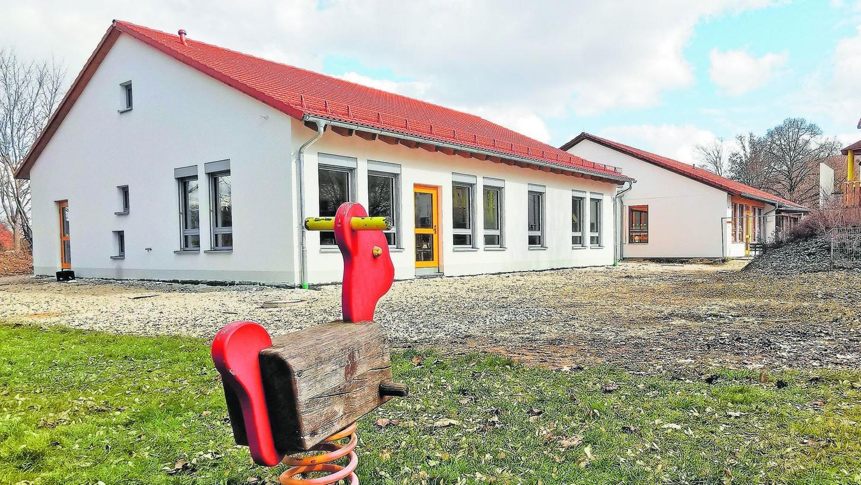 Vergangene Woche ist in die frisch fertiggestellte städtische Kinderkrippe in Wettelsheim (Neubau im Vordergrund) erstmals Leben eingezogen.