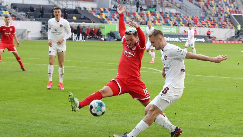 In Düsseldorf verpasste man in der vergangenen Saison den Aufstieg. Bis kurz vor Rundenschluss noch halbwegs aussichtsreich im Rennen, musste die ambitionierte, aber letztlich glücklose Fortuna am Ende abreißen lassen. Für Uwe Rösler, der als Club-Angreifer gegen Köln einmal nach fünf Minuten Rot gesehen hatte, später einigermaßen erfolgreich für ein damals noch einigermaßen erfolgloses Manchester City stürmte und am Rhein mit einem eigentümlichen Sprachmix aus Sächsisch und Englisch auffällig wurde, bedeutete dies das Arbeitsende. Und für die Fortuna, weil der FC in der Relegation den Abstieg vermied, trotzdem keine Derby-Treffs mit dem ewigen Rivalen von der anderen Flussseite.