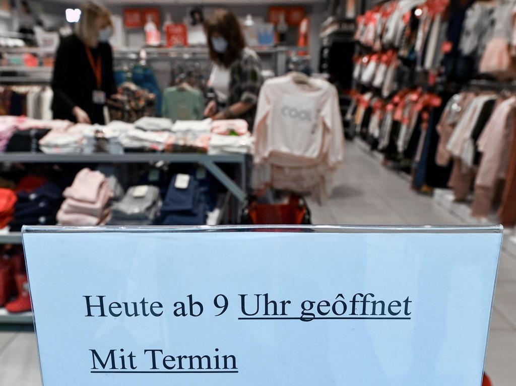 Bisher durfte man vorbestellte Ware bei vielen Händlern nur an der Ladentüre abholen. Seit gestern kann die Kundschaft einen Einkaufstermin ausmachen.