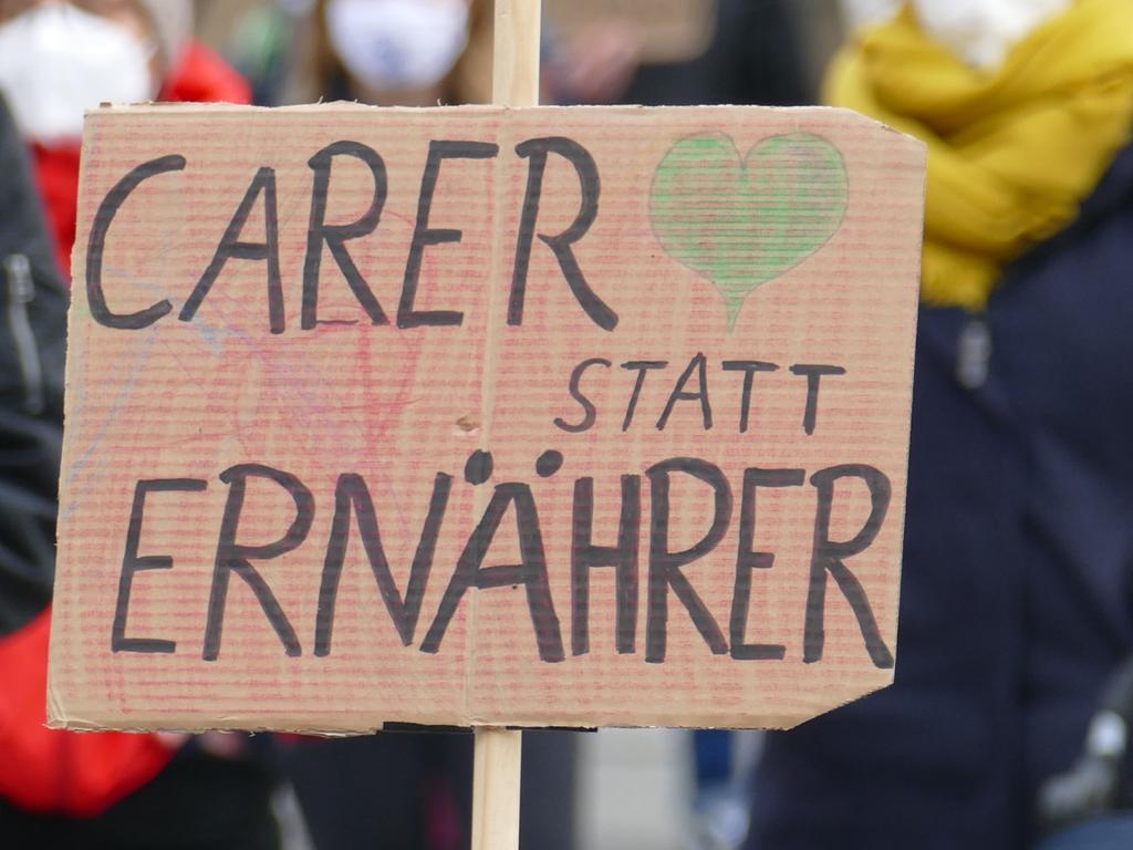 Mit zahlreichen Redebeiträgen und Plakaten protestierten 250 Menschen für die Rechte von Frauen.