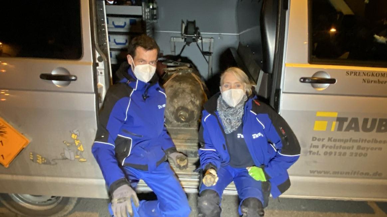Tobias Oelsner und Bettina Jurga vom Sprengteam 1041 mit der entschärften Bombe in ihrem Wagen.