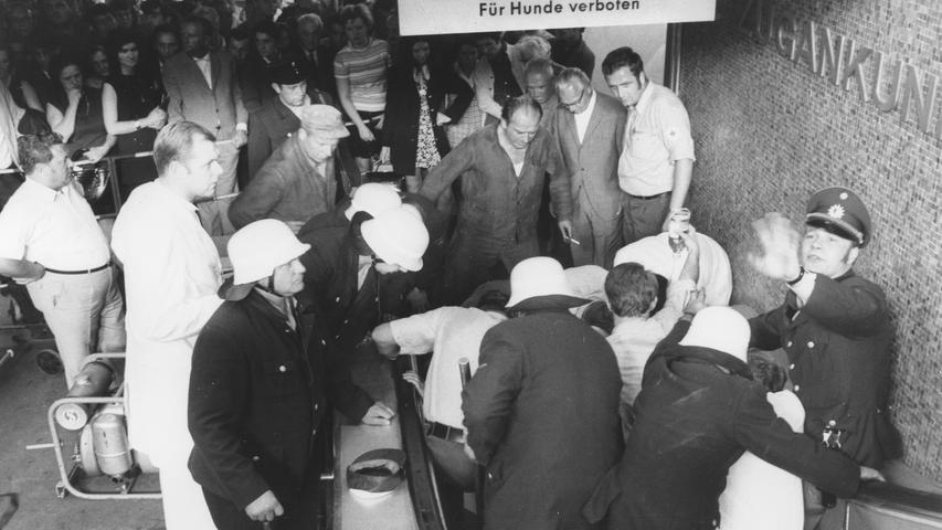 Alle acht Rolltreppen vor Nürnbergs Hauptbahnhof stehen still. Anlaß für diesen Schritt war der Stadt das jüngste, vom Technischen Überwachungsverein (TÜV) erstellte Gutachten, in dem von einer Wiederholungsgefahr schwerer Unfälle gesprochen wird. Hier geht es zum Kalenderblatt vom10. März 1971: Rolltreppen sind eine Gefahr