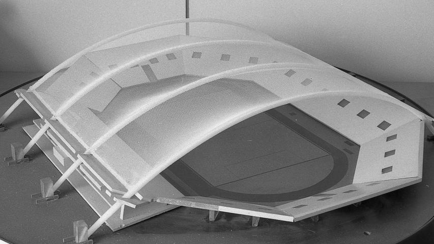Diese Form der Stadion-Bedachung würde in Nürnberg noch möglich sein. Vier Balken überspannen das Rund, an ihnen ist die von Kränen verschiebbare Folie befestigt. Das Dach kann je nach der Wetterlage ganz oder auch nur bis zu den Rängen aufgemacht werden.Hier geht es zum Kalenderblatt vom11. März 1971: So hätte das Nürnberger Stadion aussehen sollen
