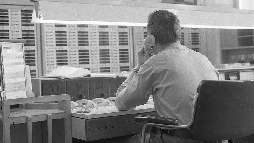 Der schnellste und sicherste Weg für den Bürger im Notfall – bei Feuer, Unfall, Verbrechen – Hilfe zu bekommen, führt über die Telefonnummer 110 (bei Feuer außerdem: 112). Hier geht zum Kalenderblatt vom12. März 1971: Als der Anruf bei der 110 noch Gebühr kostete.