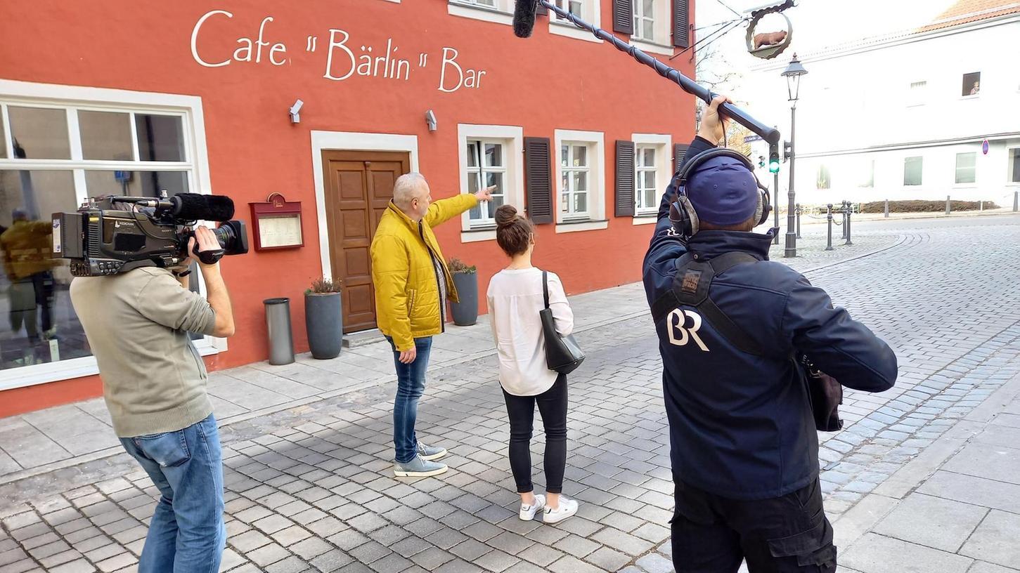 Stadtarchivar Werner Mühlhäußer und Schülerin Annika Hoffmann begaben sich mit dem Fernsehteam auf historische Spurensuche durch Gunzenhausen.
