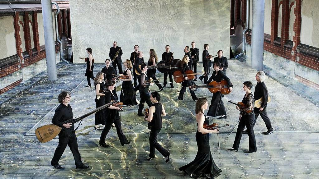 Die Musiker der Lautten Compagney Berlin scheinen auf diesem Foto auch noch auf der Suche zu sein. Aber bis zum Auftakt der 70. ION sollte ihnen das Bach-Programm, das sie dann spielen, den Weg weisen.
