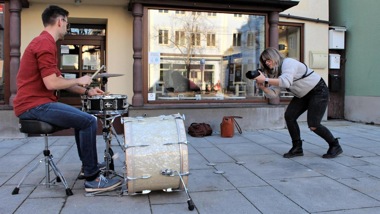 Für eine Bilderserie porträtiert Jasmin Schock Künstler aus der Region. So auch Thomas Strauß aus Weißenburg, der für die Fotos kurz seine Percussion ertönen ließ.