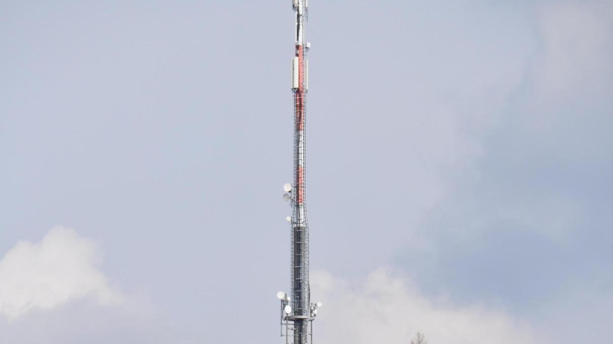Der Sendemast, der bei Etzelskirchen in Nähe der A 3 steht, soll um eine 5-G-Sendeanlage erweitert werden.