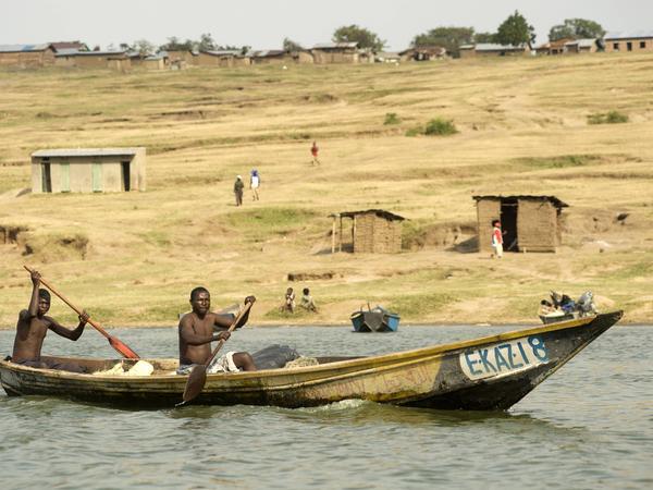 Fischerboote am Kazinga-Kanal in Uganda.