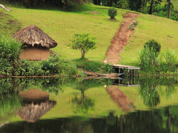 Lehmhütte am Wasser im Mburo-Nationalpark.