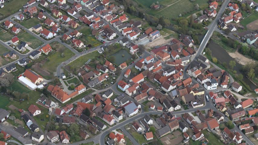 Hallerndorf Ortskern mitten unter uns Luftbild Archivbild
