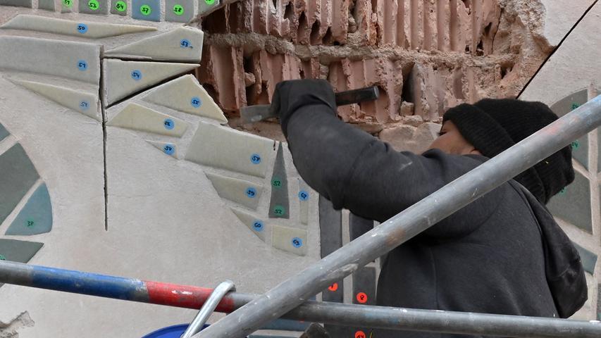 Die Rettung des Wandmosaik von Oskar Johannes Stanik am Gebäude Schallershofer Straße 14 in Alterlangen ist in vollem Gange. Das ist für den Restaurator Frank Angermüller eine schwierige Arbeit.