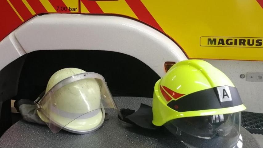 """Der Standard-Helm war bis vor einigen Jahren aus Aluminium. Ein Gesichtsschutz in Form eines klappbaren Visiers wurde optional am Helm befestigt. Inzwischen gebe es verschiedene Formen von speziellen Kunststoffhelmen. """"Diese sind geringer im Gewicht und verfügen oft über integriertes Zubehör."""" Neue Helme ließen sich deutlich angenehmer tragen, erlaubten es, dass sich der richtige Sitz einstellen lässt und verfügten über ein gepolstertes Kopfband."""