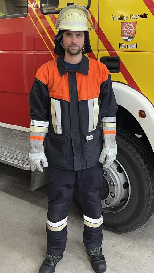 """Ende der 1990er Jahre am in """"Bayern 2000"""" auf den Markt: Strapazierfähig, hautsympathisch, flammfeste Klettverschlüsse, waschfester Aufdruck """"Feuerwehr"""", Knieverstärkung . . . – Mit diesem Schutzanzug konnten erstmals Feuerwehren in ganz Bayern ausgestattet werden."""