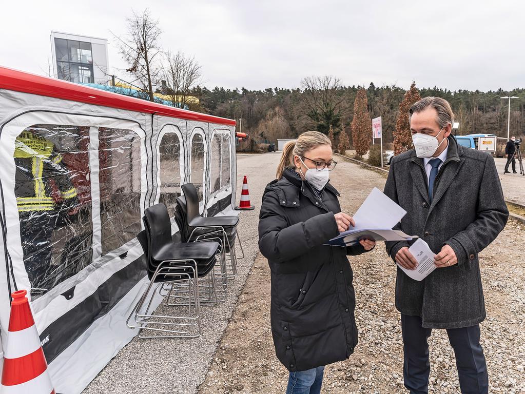 In Herzogenaurach war das neue mobile Corona-Schnelltestzentrum erstmals im Einsatz. Landrat Alexander Tritthart und seine Pressesprecherin Stephanie Mack besprechen Details.