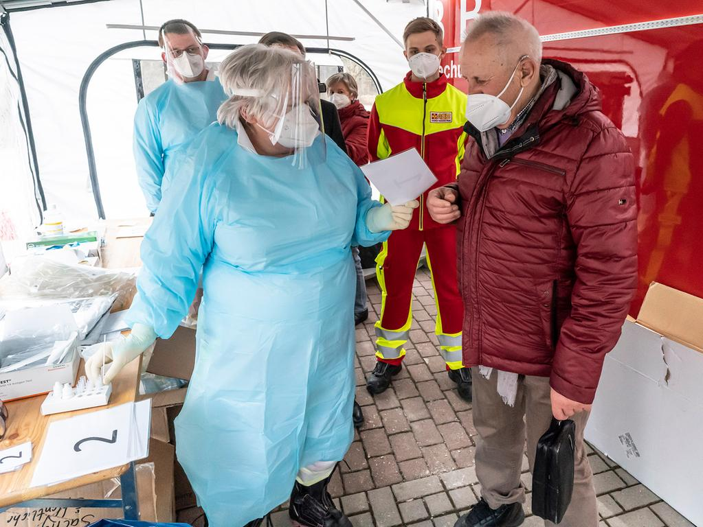 In Herzogenaurach war das neue mobile Corona-Schnelltestzentrum erstmals im Einsatz. Erster Testkandidat war der VdK-Vorsitzende und Ex-Kreisrat Valentin Schaub.