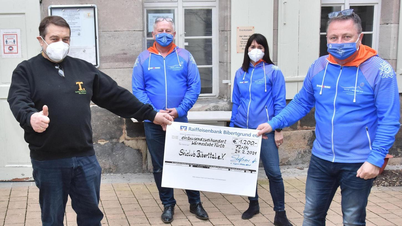 Mit auf dem Bild sind die Skiclub-Vorstandsmitglieder Heinz Straßner, Martina Plettl und Michael Pilipp (von links).