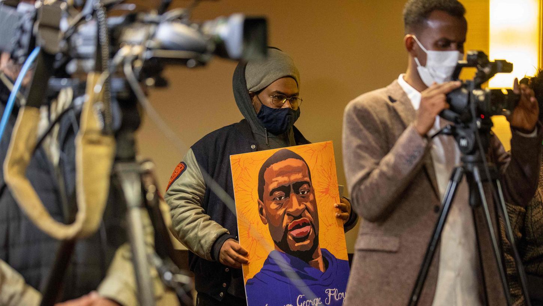 Fast ein Jahr nach der Tötung des unbewaffneten Afroamerikaners GeorgeFloydbei einem Polizeieinsatz hat in den USA der Prozess begonnen.