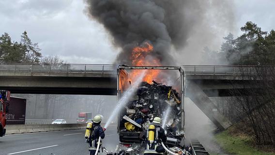 Elektroschrott brennt lichterloh: A6 Richtung Nürnberg gesperrt