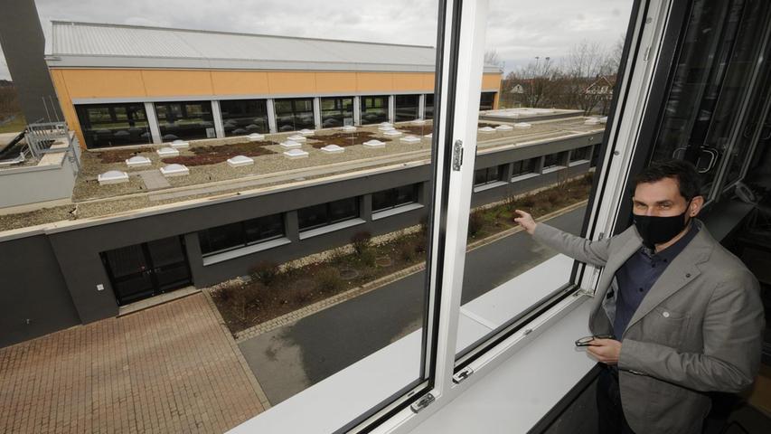 Schulleiter Helmut Nicklas zeigt die Turnhalle der Mittelschule Herzogenaurach; dort entsteht eine dezentrale Corona-Impfstätte.