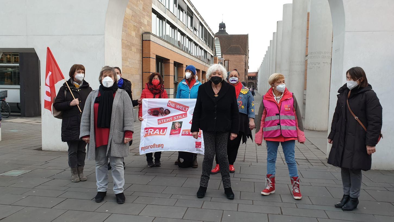 Renate Schmidt (mit schwarzer Maske), Ehrenbürgerin und SPD-Politikerin, fordert, dass Banu Büyükavci bleiben darf. Foto: Dietmar W. Fischer