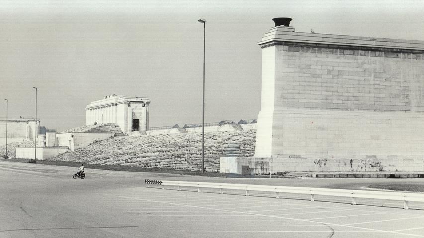 Vom Bauausschuß genehmigt: verteilt auf mehrere Jahre, sollen die beiden Kopfbauten und der Mittelbau der Zeppelintribüne bis zur Oberkante der Stufenanlage abgerissen werden. Größere Zuschauerzahlen werden erhofft.Hier geht es zum Kalenderblatt vom14. März 1971: Zeppelintribüne bleibt doch erhalten.
