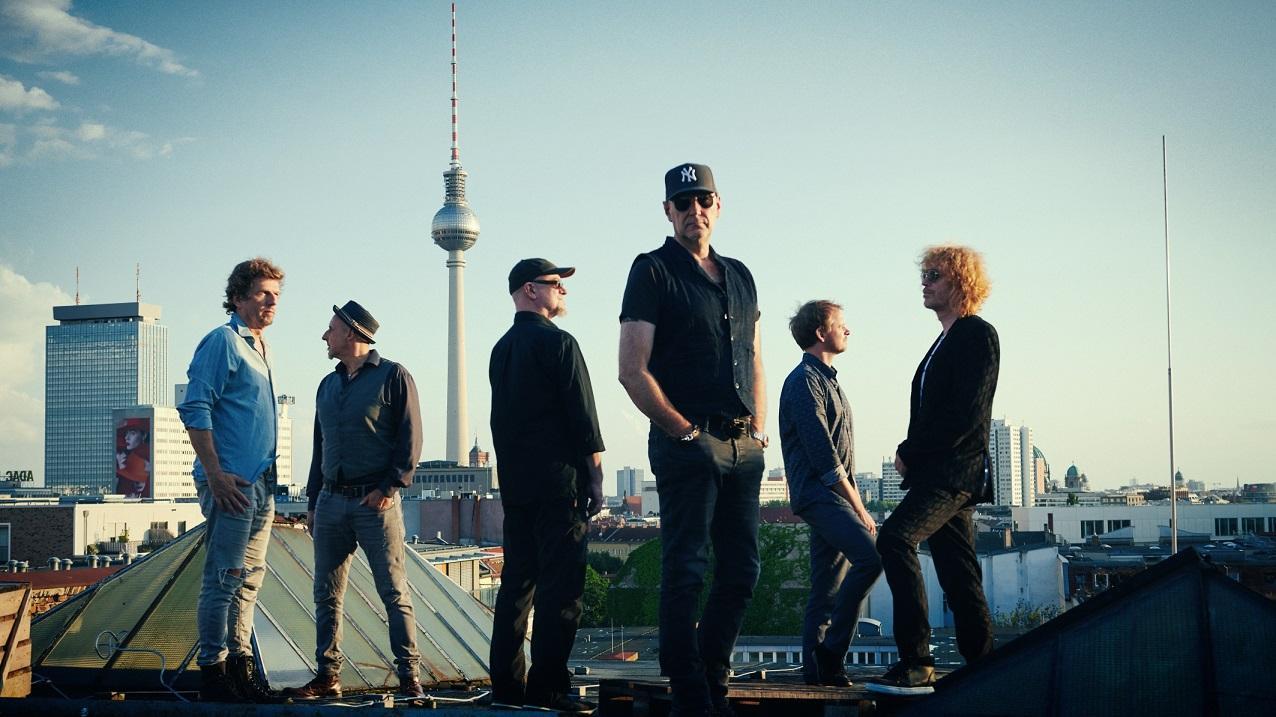 Kommt am 1. August 2021 zum Standkorb Open Air: die Band Fury in the Slaughterhouse - hier auf einem Berliner Dach.