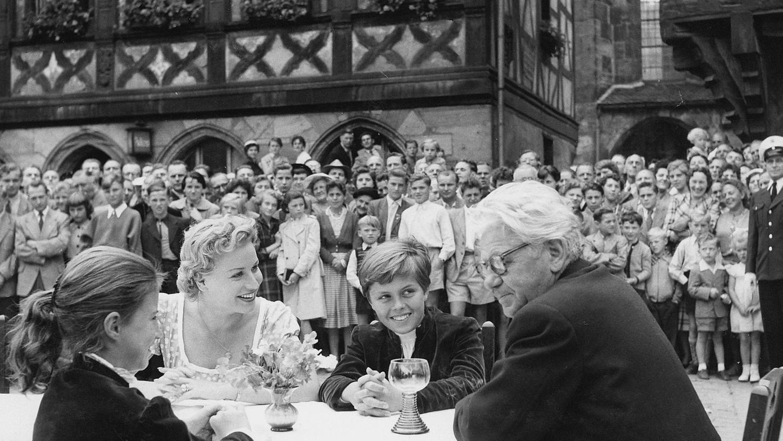 Dagmar Schock, Waltraud Haas, Peter Finkbeiner und Paul Hörbiger in einer Szene auf dem Forchheimer Rathausplatz.