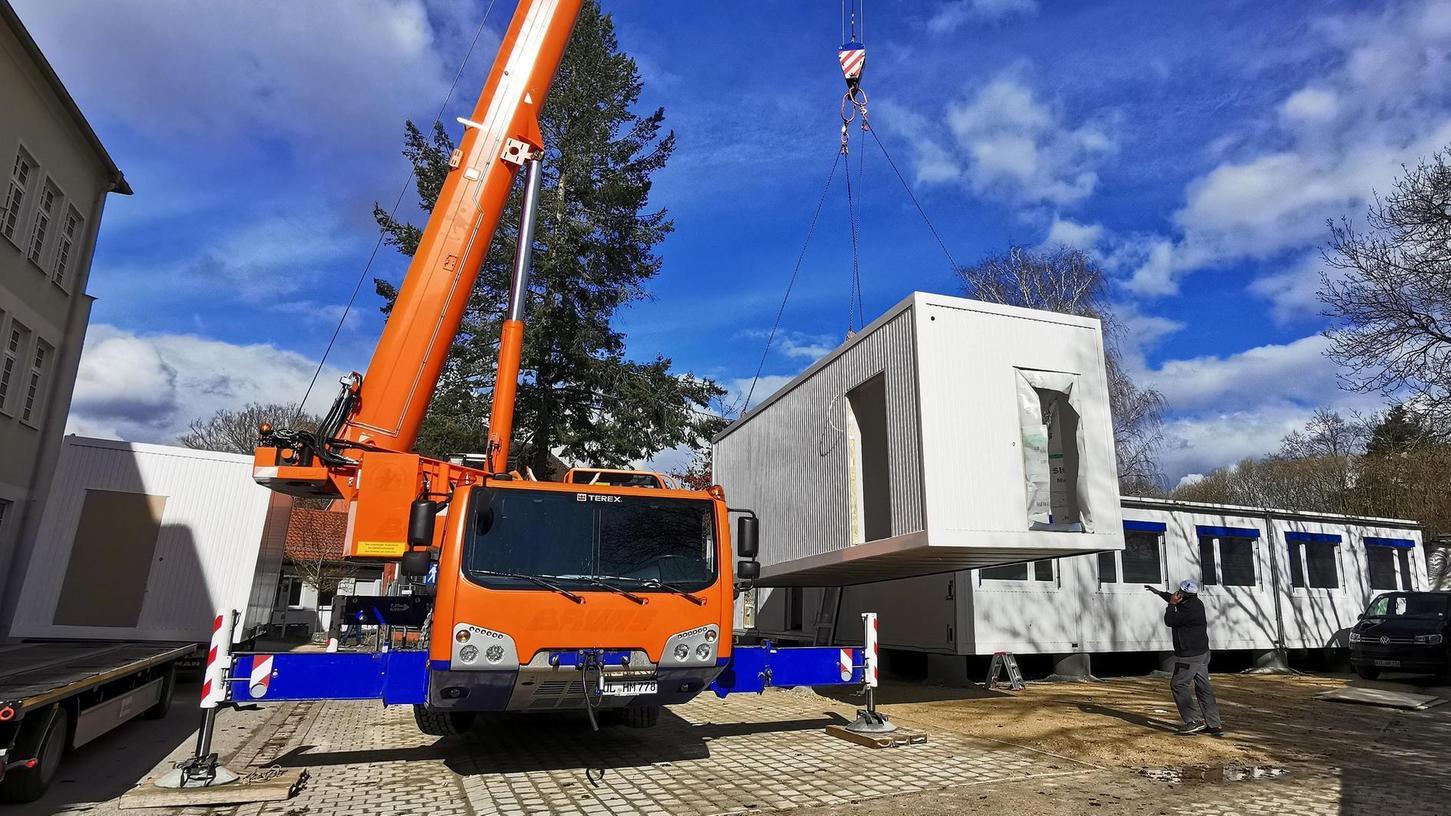 Am Freitag (12. März) trafen auf dem ehemaligen Treuchtlinger Bauhofgelände in der Josef-Lidl-Straße die beiden letzten der insgesamt zwölf Containermodule für das provisorische Medizinische Versorgungszentrum (MVZ) ein.