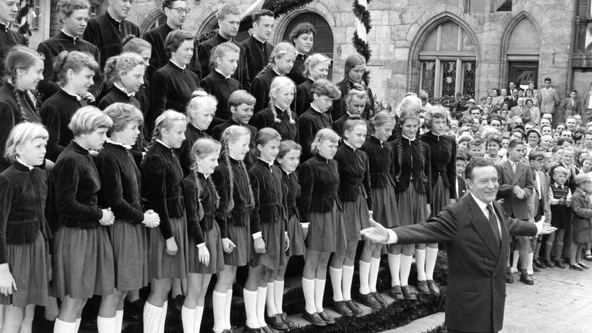 """wie Waltraud Haas (geb. 1927), Paul Hörbiger (1894-1981), Willy Fritsch (1901-1973), Gunther Philipp (1918-2003), Wolfgang Lukschy (1905-1983) oder Elma Karlowa (1932-1994) in die Königstadt. Der Film erzählt vor malerischer Kulisse und mit viel Musik eine Liebesgeschichte. Mit dabei das Tanzorchester Egon Kaiser (1901-1982), die Schaumburger Märchensänger (gegr. 1949 in Obernkirchen) und der Tenor Rudolf Schock (1915-1986), der als Opern- und Operettensänger damals auf dem Höhepunkt seiner Karriere stand. An der Seite Dagmar Schocks spielte der Kinderstar Peter Finkbeiner (geb. 1942), der kurz zuvor in der Hauptrolle in Erich Kästners """"Emil und die Detektive"""" geglänzt hatte."""