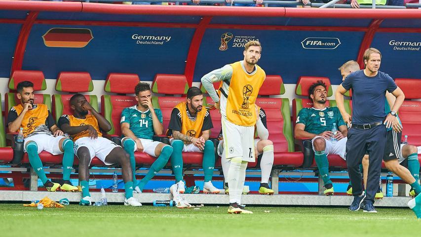 Die Mission Titelverteidigung scheiterte bereits auf den ersten Metern und entpuppte sich als historischer Tiefpunkt: Nach nur drei Spielen, zwei Treffern und einem Sieg gegen Schweden verabschiedete sich die Nationalmannschaft als Tabellenletzter der Gruppe F aus Russland. Erstmals in ihren 84 Jahren WM-Geschichte musste die DFB-Elf bereits in der Vorrunde die Segel streichen, nachdem sie gegen die wahrlich nicht übermächtigen Gegner aus Mexiko (0:1) undSüdkorea (0:2) behäbigen und phlegmatischen Schlafwandel-Fußball präsentierte. Den Pokal sicherte sich schließlich in einem torreichen Finale (4:2) die Equipe Tricolore gegen Überraschungsfinalist Kroatien.