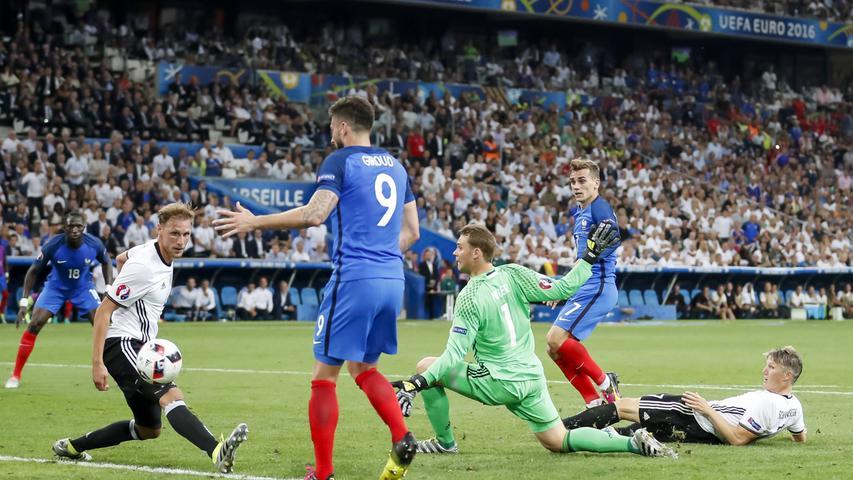 Es waren die kleinen Dinge, die von der EM 2016 hängen blieben: die Trikotpanne der Schweizer Nati, Boatengs Kung-Fu-Rettung gegen die Ukraine oder Ronaldos Tränen bei seiner Verletzung im Finale, das Portugal letztlich auch ohne seinen Superstar für sich entscheiden sollte (1:0). Das Team von Jogi Löw war nach einer überwiegend souveränen Gruppenphase, dem deutlichen Achtelfinalsieg gegen die Slowakei (3:0) und dem Elfmeterkrimi gegen Italien (6:5) im Halbfinale gegen Gastgeber Frankreich ausgeschieden: Dem DFB wurde die mangelhafte Effizienz bei seinen 18 Abschlüssen zum Verhängnis geworden, Torschützenkönig Antoine Griezmann bestrafte diese Nachlässigkeiten und traf selbst doppelt.