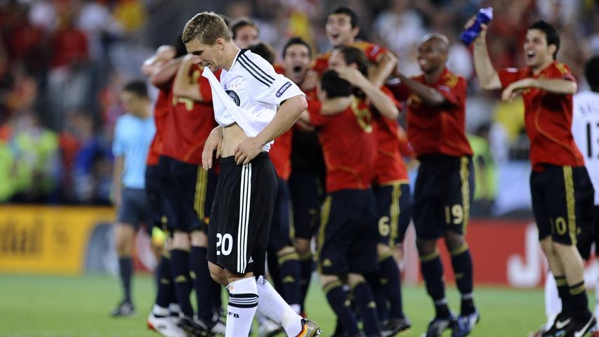 Als Spanien 2008 begann, ein iberisches Imperium im Weltfußball zu errichten, war Deutschland die erste von drei Mannschaften, der in einem Finale, dem Titel zum Greifen nah, die Grenzen aufgezeigt wurden. Das Team von Jogi Löw, das sich zuvor dank eines Last-Minute-Treffers von Philipp Lahm gegen die Türkei für das Endspiel qualifizierte, fand keine Mittel, den spanischen Abwehrverbund zu durchbrechen und Iker Casillas ernsthaft in die Bredouille zu bringen. Das Tor des Tages erzielte schließlich Fernando Torres, der nach herausragendem Pass von Xavi zunächst Lahm versetzte undden herausstürzenden Lehmann mit seinem Rechtsschuss ins linke Eck überwand.