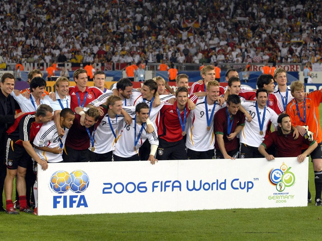 WM 2006 Spiel um Platz 3: : Deutschland - Portugal 3:1 am 08.07.2006 in Stuttgart Teamfoto Deutsche Mannschaft als Gewinner des Spiel um Platz 3 HM  World Cup 2006 Game to square 3 Germany Portugal 3 1 at 08 07 2006 in Stuttgart Team photo German Team as Winner the Game to square 3 HM