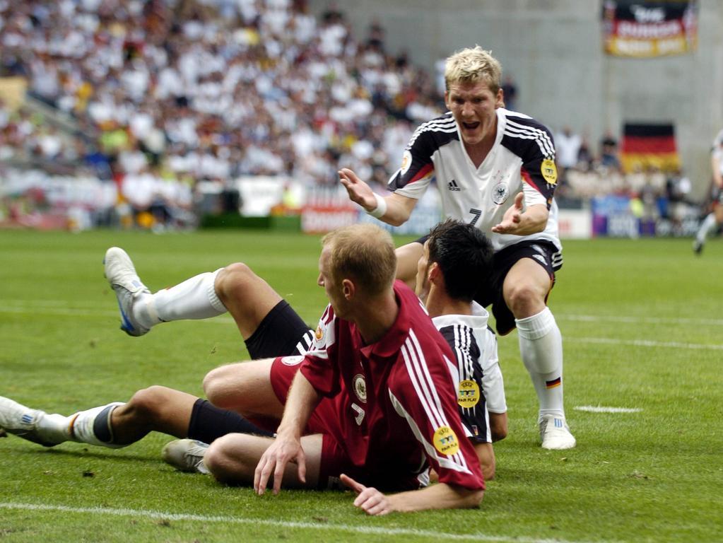 SCHWEINSTEIGER Bastian Team Deutschland Spiel Nr.15 BRD-LAT 0: 0 in Porto. Fussball Aktion. UEFA Fussball Europameisterschaften 2004 in Portugal Copyright PUBLICATIONxINxGERxSUIxAUTxHUNxSWExNORxDENxFINxONLY  Schweinsteiger Bastian team Germany Game No 15 Germany LAT 0 0 in Porto Football Action shot UEFA Football European Championships 2004 in Portugal Copyright