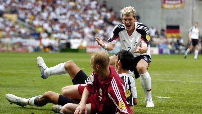 Nicht Portugal mit Luis Figo und Cristiano Ronaldo, nicht die Niederlande mit Robben und Seedorf, nicht Frankreich mit Zidane und Henry: Es sind die Griechen um Trainer Otto Rehhagel und Final-Siegtorschützen Angelos Charisteas, die den Olymp erklimmen sollten: Auf dem Weg zum Wunder schaltete der Underdog unter anderem im Viertelfinaledie hochveranlagten Titelverteidiger der Bleus aus. Zu einem Duell mit Deutschland kam es nicht: Im letzten Vorrundenspiel gab das Team von Rudi Völler eine Führung aus der Hand, die 1:2-Niederlage gegen Tschechien besiegelte das Aus in der Gruppenphase.
