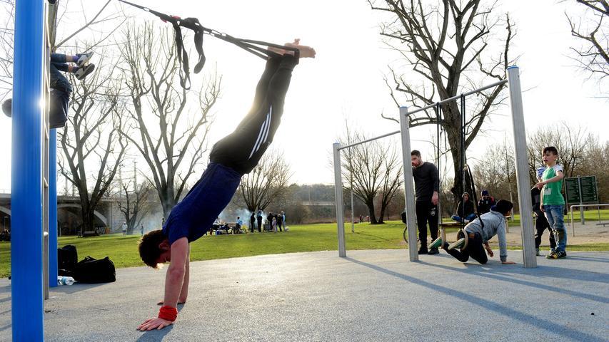 Wer keine Lust auf Sport hat, kann denjungen Athleten im Aktiv-Fitness-Park an der Siebenbogenbrücke einfach mal eine Zeit lang zusehen - sehr beeindruckend.  Foto: Hans-Joachim Winckler