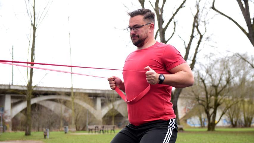 Gerhard trainiert mit einem Gummiband auf dem Aktiv-Fitness-Platz.  Foto: Hans-Joachim Winckler