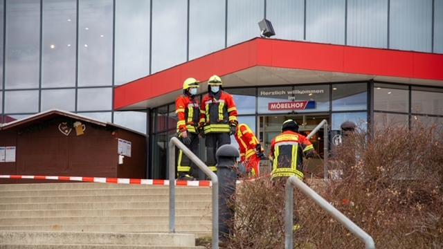 Feueralarm am Möbelhof in Parsberg: Eine defekte Batterie hat einen Schmorbrand verursacht. Das Gebäude wurde evakuiert. Es entstand ein Schaden von 20.000 Euro.